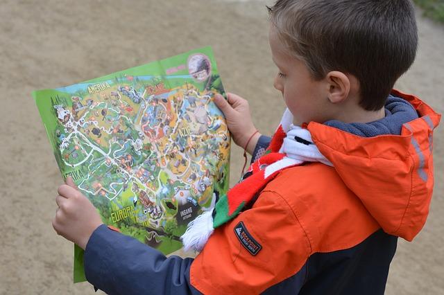 bambino che guarda una cartina